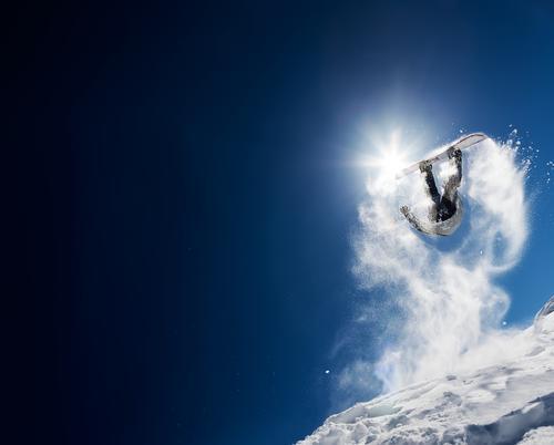 Snowboarder, der Hochsprung im klaren blauen Himmel macht Ferien & Urlaub & Reisen Mann weiß Sonne Freude Winter Berge u. Gebirge Erwachsene Sport Schnee