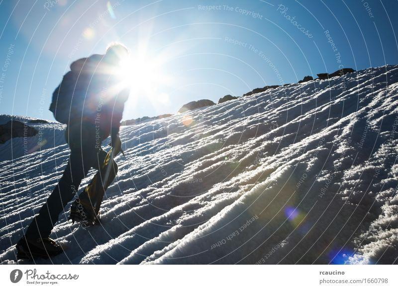 Natur Mann blau Landschaft Einsamkeit Winter Berge u. Gebirge Erwachsene Sport Schnee wandern Aktion Erfolg gefährlich Abenteuer Gipfel
