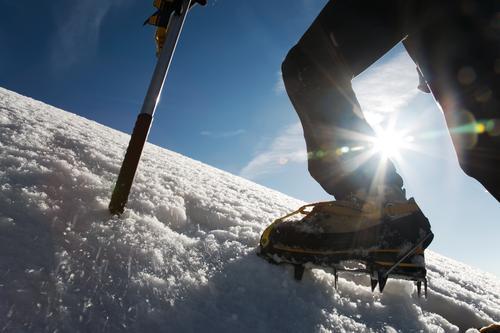 Bergsteiger: Detail auf Stiefel mit Eiseisen und Eisäxten Natur Mann Einsamkeit Winter Berge u. Gebirge Erwachsene Sport Schnee wandern Aktion Erfolg gefährlich
