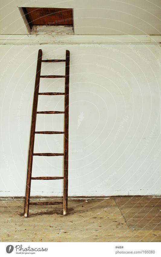 Karriereleiter Wohnung Haus Dachboden Erfolg Leiter Mauer Wand Holz alt authentisch einfach trist trocken Mut Holzfußboden Luke Holzleiter Zimmerdecke Farbfoto