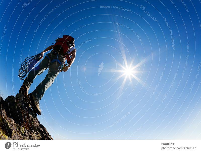 Kletterer steht auf einem Felsen am Ende seiner Flucht Mensch Himmel Natur Mann blau Sonne Landschaft Einsamkeit Berge u. Gebirge Erwachsene Sport Stein wandern