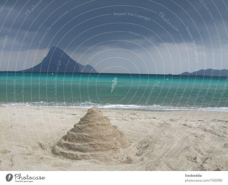 Schatten der Sandburg Wasser Meer Strand Ferne träumen Traurigkeit Sand Landschaft Stimmung Kraft Insel nah beobachten einzigartig Gelassenheit Unwetter
