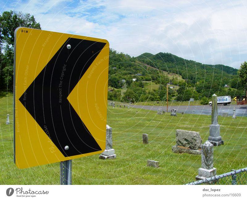 left Kurve gelb schwarz Warnhinweis grün Friedhof Wiese Grab Schilder & Markierungen Landschaft USA nach links weisendes Verkehrszeichen