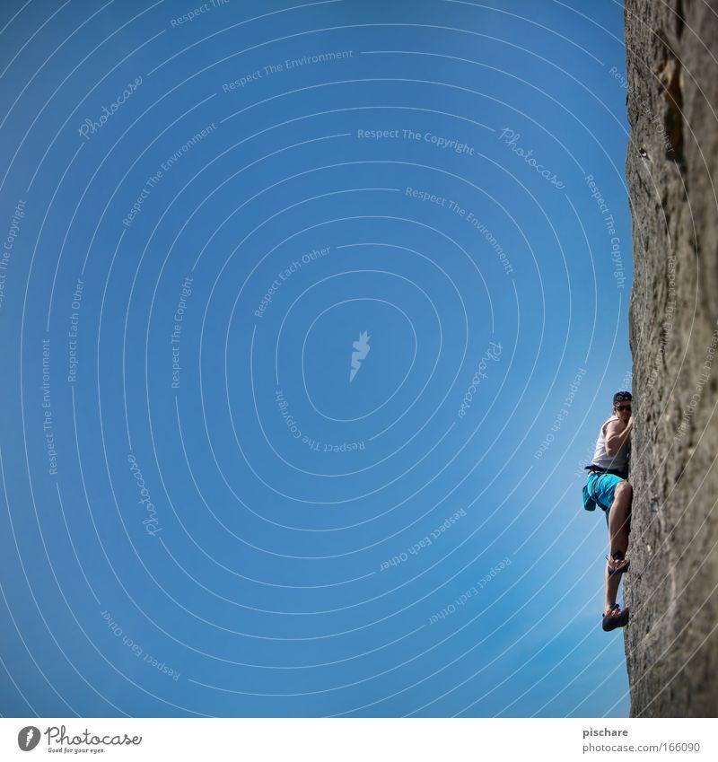 Lauschangriff Mensch Himmel Mann Natur blau Erwachsene Sport Berge u. Gebirge Kraft Angst Felsen Freizeit & Hobby Abenteuer außergewöhnlich gefährlich verrückt