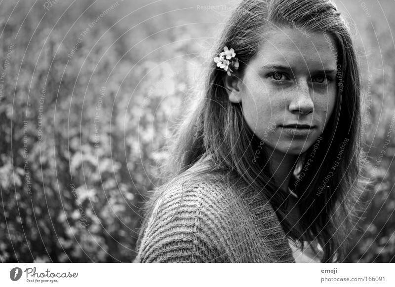 Blumenkind Jugendliche Pflanze Gesicht Wiese feminin Kopf Landschaft Feld Porträt Umwelt authentisch Ehrlichkeit Wahrheit Junge Frau Mensch gewissenhaft