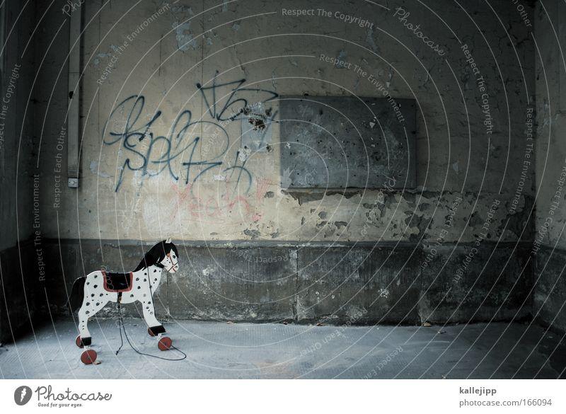 rollenspiel Dämmerung Tier Pferd 1 Spielen klein Stadt Spielzeug Kindheit Kindergarten Spielplatz Innenhof Hofeinfahrt Schimmel Wand Fleck Muster Sattel Rolle