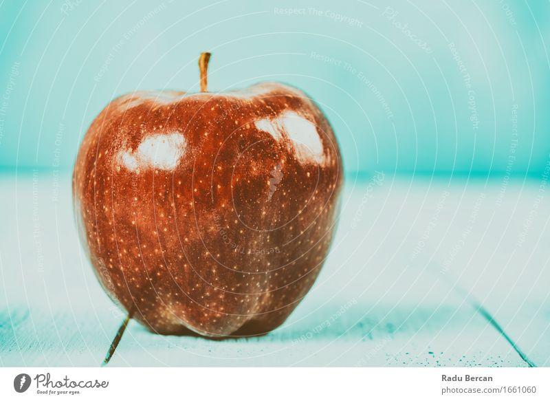 Frischer roter köstlicher Apple auf Türkis-hölzerner Tabelle Lebensmittel Frucht Apfel Ernährung Essen Frühstück Bioprodukte Vegetarische Ernährung Diät