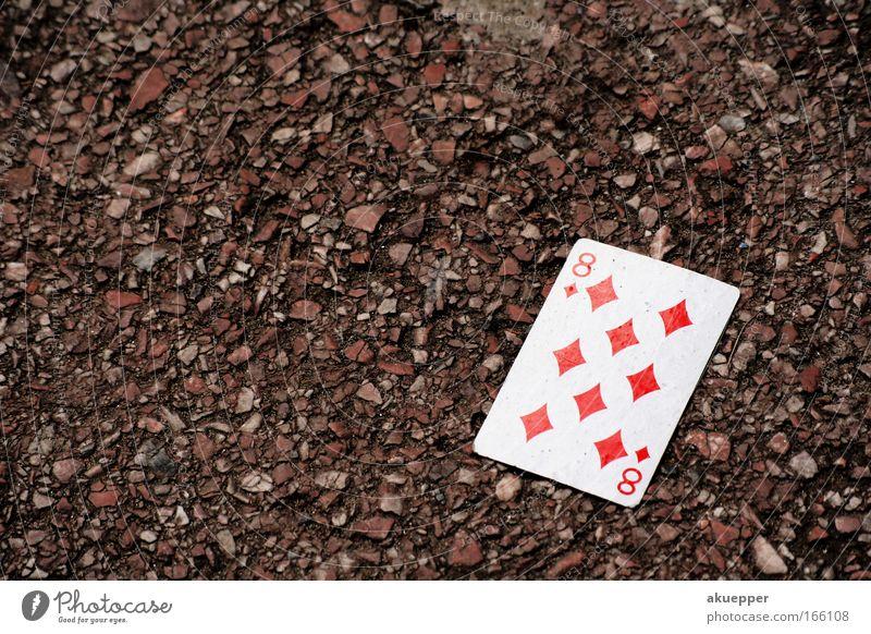 Karo Außenaufnahme Makroaufnahme Textfreiraum links Textfreiraum oben Vogelperspektive Spielkarte Skat Straße Straßenkreuzung Spielen rot weiß Langeweile Tag