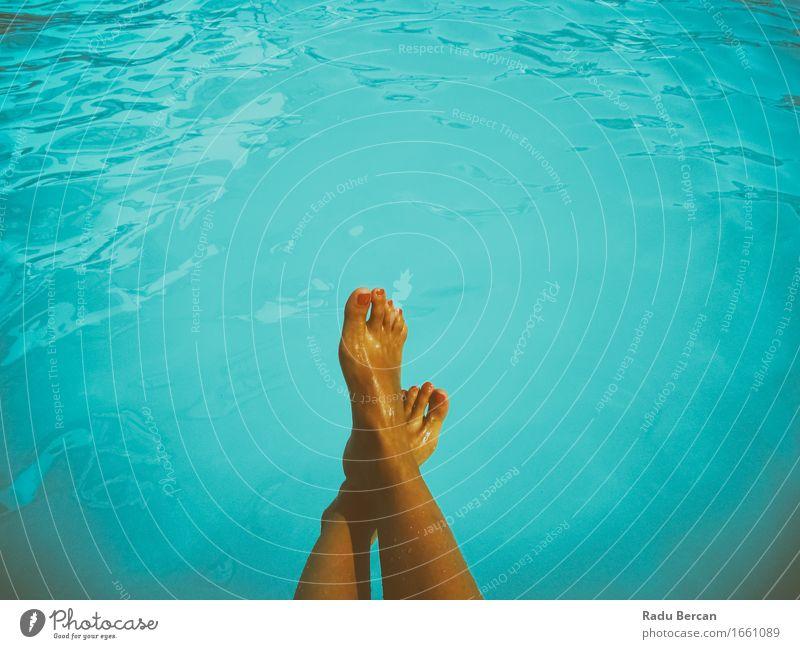 Junges Mädchen, das im Swimmingpool sich entspannt Lifestyle Stil Freude schön Wellness Wohlgefühl Erholung Spa Schwimmbad Schwimmen & Baden Sommer Sonnenbad
