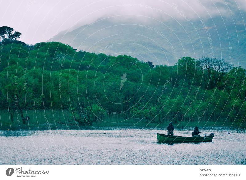 geduld Farbfoto Gedeckte Farben Textfreiraum oben Angeln warten nass kalt geduldig Wasserfahrzeug See Seeufer Regen Nebel grün Gebirgssee Angler Fischerboot