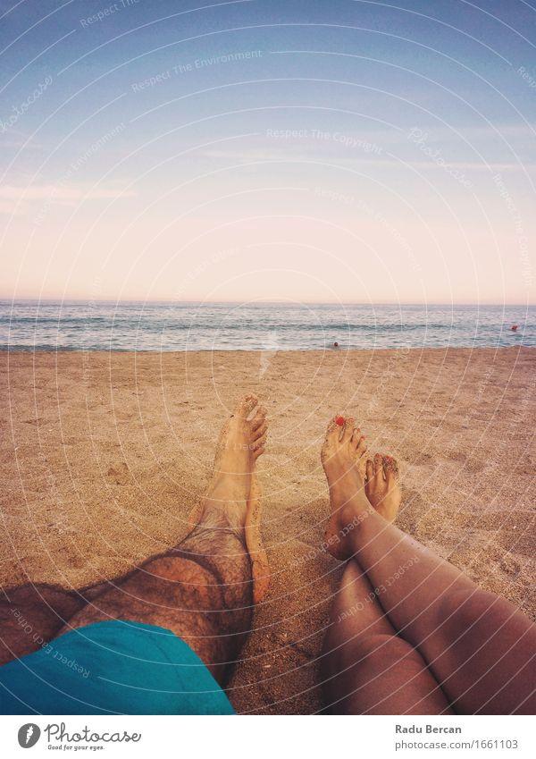 Liebevolle Paare, die auf Ozean-Strand bei Sonnenuntergang sich entspannen Mensch Frau Himmel Natur Jugendliche Mann Sommer Junge Frau Wasser Meer Junger Mann