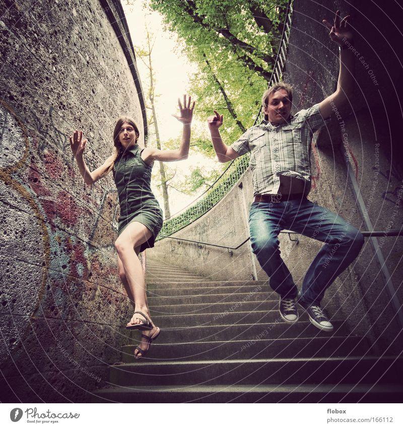 [MUC-09] Fliegend Frau Erwachsene Mann Jugendliche Stadt Treppe Beton fliegen springen bedrohlich Coolness Mut gefährlich junge Stunt spiderman Stuntman Aktion