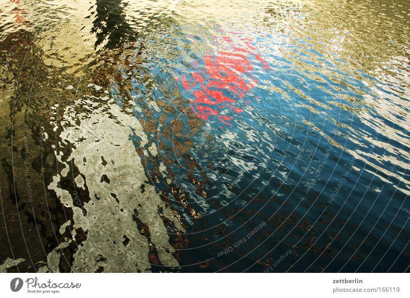 Spree Wasser Wasseroberfläche Oberfläche Gewässer Teich See Kanal Fluss Schifffahrt Wellen Kräusel Reflexion & Spiegelung Denken mehrfarbig Farbe Muster Zufall