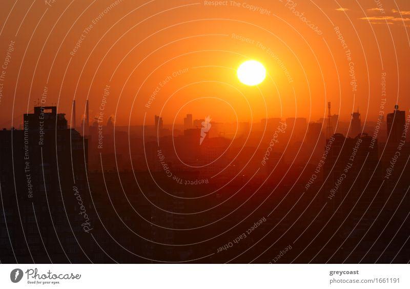 Sonnenaufgang über der Stadt. schön Haus Landschaft Himmel Wolken Horizont Wärme Kleinstadt Hauptstadt Stadtzentrum Skyline Gebäude Architektur hell neu weich