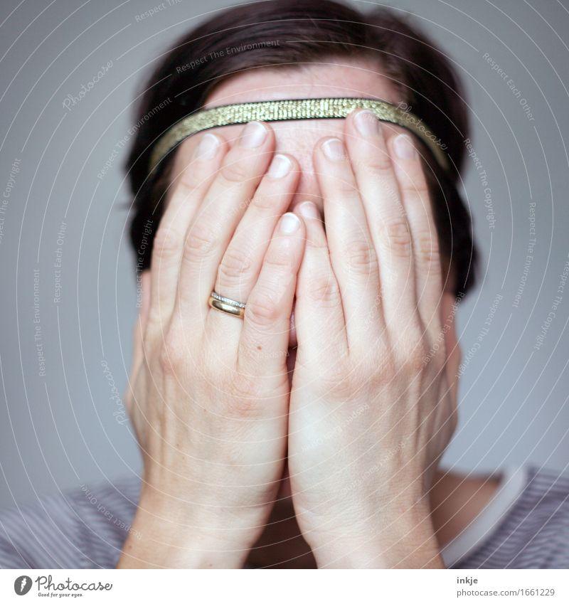verbergen Mensch Frau Hand Gesicht Erwachsene Leben Traurigkeit Gefühle Stil Lifestyle Stimmung Angst Kommunizieren Trauer Sorge Scham