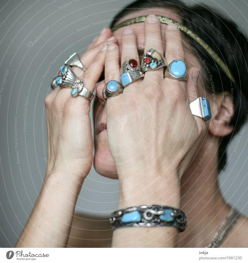 Heilende Kräfte Lifestyle Stil Frau Erwachsene Leben Auge Hand 1 Mensch Indianer Indianerschmuck Medizinmann Schmuck Ring Stirnband Silberschmuck türkis