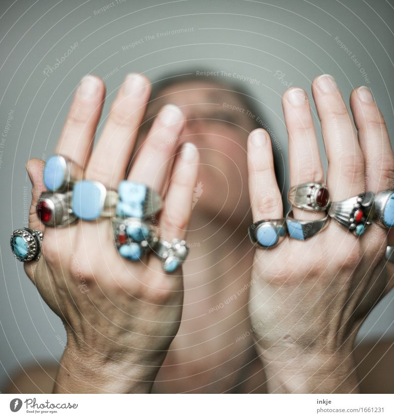 viel hilft viel Frau Erwachsene Leben Hand 1 Mensch Schmuck Ring Silberschmuck indianerschmuck Gefühle Hoffnung Glaube Inspiration Religion & Glaube Energie