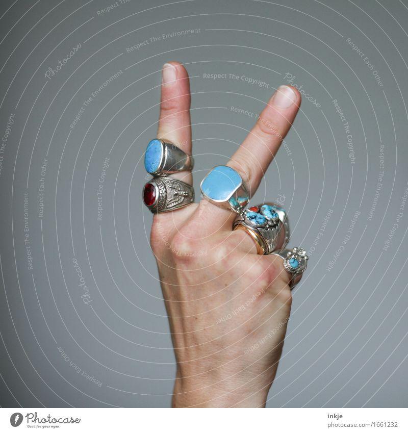 V wie ..... Lifestyle Reichtum Stil Erwachsene Leben Hand Finger 1 Mensch Schmuck Ring Silberschmuck Edelstein türkis Zeichen gestikulieren Erfolg Gefühle