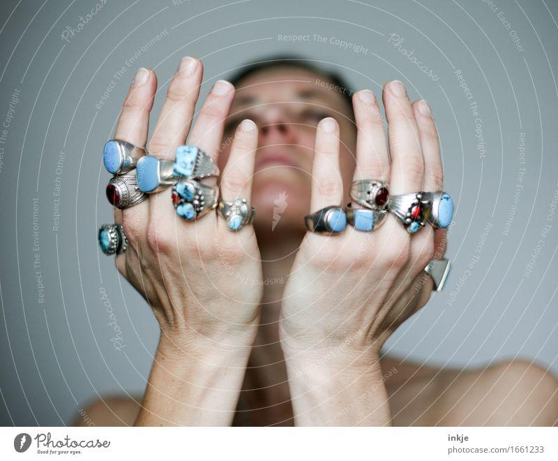 Heilende Hände Lifestyle Stil Sinnesorgane Meditation Frau Erwachsene Leben Gesicht Hand 1 Mensch Ring Silberschmuck Indianerschmuck heilsteine Edelstein türkis