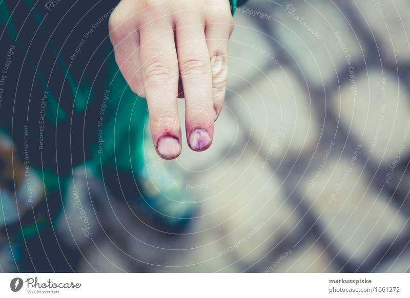 eingeklemmter Finger Mensch Kind blau Sommer Hand rot Traurigkeit Junge Spielen maskulin Freizeit & Hobby Kindheit Abenteuer berühren Krankheit