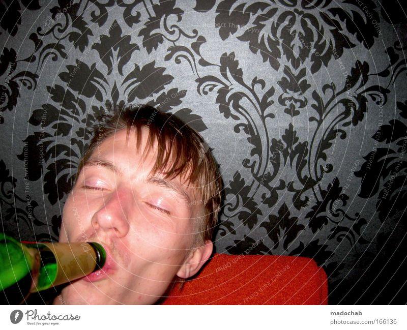 Die Muttermilch der adeligen Urban-Adulenz Farbfoto Innenaufnahme Textfreiraum rechts Porträt Blick in die Kamera geschlossene Augen Alkohol Lifestyle Stil