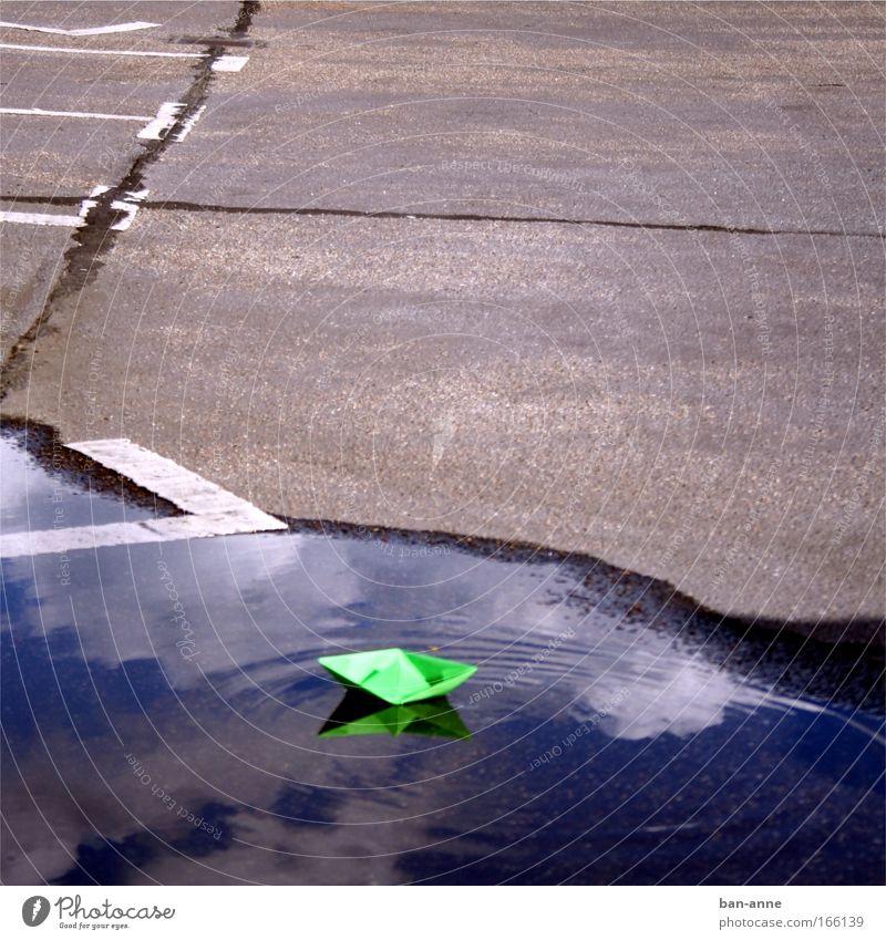 grün vor grau auf blau Farbfoto Außenaufnahme Menschenleer Tag Basteln Kinderspiel Kreuzfahrt Wellen Wasser Freude Spielen Spielzeug Parkplatz Papierschiff