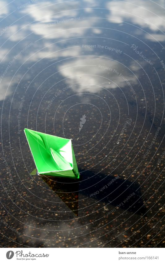abgetrieben Wasser Himmel grün blau Wolken Spielen See Wasserfahrzeug nass Papier Spielzeug Pfütze Im Wasser treiben Papierschiff
