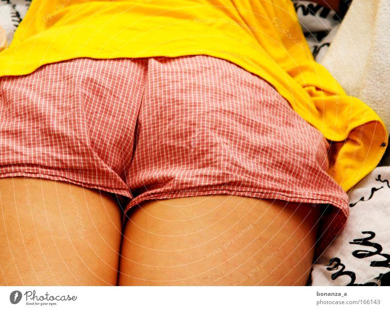 Rückseite. Mensch Frau rot Sommer Erwachsene gelb feminin Beine Haut natürlich liegen schlafen authentisch weich Gesäß unten