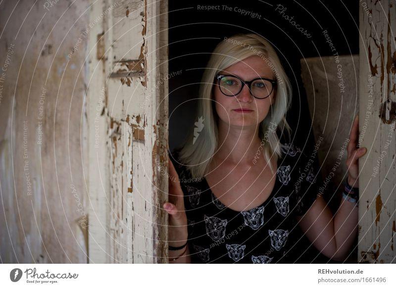 Jule | Käsefabrik Mensch Frau Jugendliche alt Junge Frau 18-30 Jahre Gesicht Erwachsene feminin außergewöhnlich Haare & Frisuren modern Tür blond authentisch