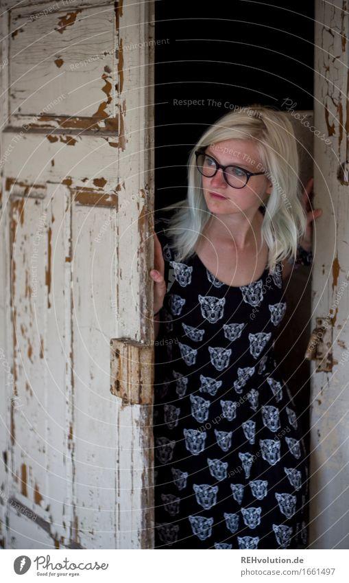 Jule und die Tür Mensch feminin Junge Frau Jugendliche 1 18-30 Jahre Erwachsene Kleid Brille blond langhaarig beobachten entdecken Blick stehen alt Coolness