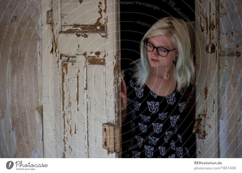 Jule | guckt erstmal Mensch feminin Junge Frau Jugendliche Erwachsene 1 18-30 Jahre Mauer Wand Tür Kleid Brille blond langhaarig beobachten entdecken alt