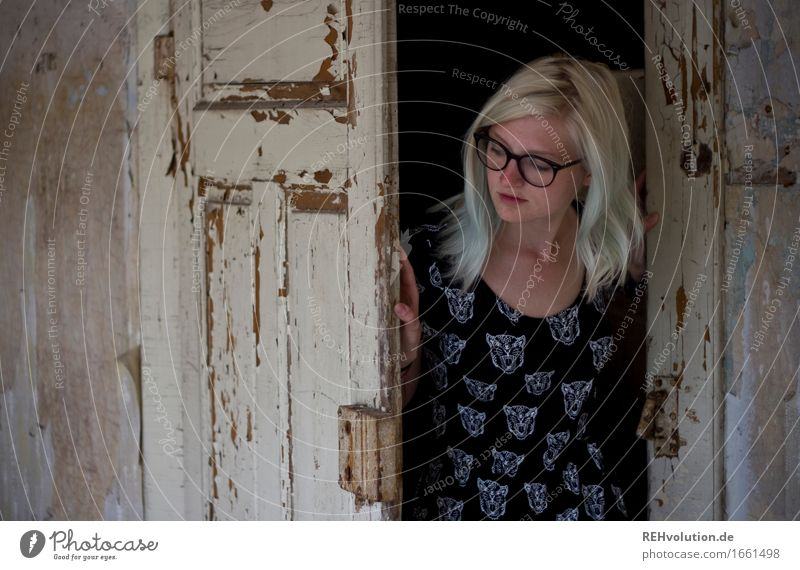 Jule | guckt erstmal Mensch Frau Jugendliche alt Junge Frau Einsamkeit dunkel 18-30 Jahre Erwachsene Wand feminin Mauer außergewöhnlich Mode Stimmung dreckig
