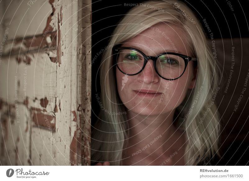 Jule | Käsefabrik Mensch feminin Junge Frau Jugendliche Gesicht 1 18-30 Jahre Erwachsene Tür Brille Haare & Frisuren blond langhaarig Lächeln alt ästhetisch