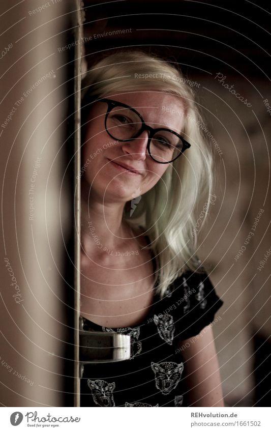Jule Mensch feminin Junge Frau Jugendliche Gesicht 1 18-30 Jahre Erwachsene Kleid Brille blond langhaarig Lächeln Coolness Freundlichkeit trendy Freude Glück