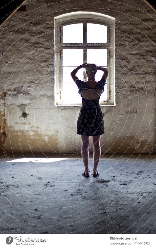 Jule im Raum Mensch feminin Junge Frau Jugendliche Erwachsene Rücken 1 18-30 Jahre Fabrik Gebäude Mauer Wand Fenster Kleid Denken stehen alt ästhetisch