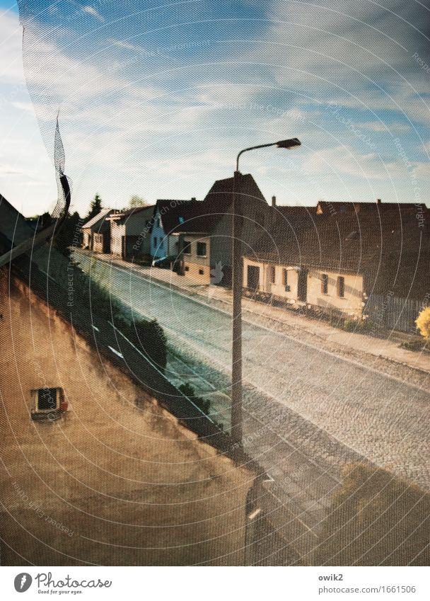 Hauptstraße Himmel Wolken ruhig Haus Straße Wand Mauer Fassade Horizont Verkehr Idylle Straßenbeleuchtung Dorf Kopfsteinpflaster bevölkert Insektenschutz
