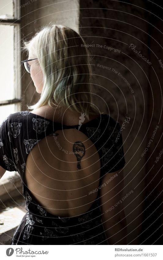 Jule | Rücken Mensch feminin Junge Frau Jugendliche 1 18-30 Jahre Erwachsene Mauer Wand Fenster Kleid Brille blond langhaarig beobachten Denken Blick stehen