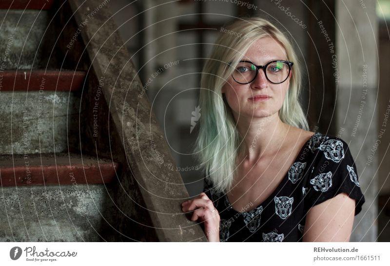 Jule Mensch feminin Junge Frau Jugendliche Erwachsene Gesicht 1 18-30 Jahre Treppe Kleid Brille blond langhaarig alt Coolness dreckig trendy selbstbewußt