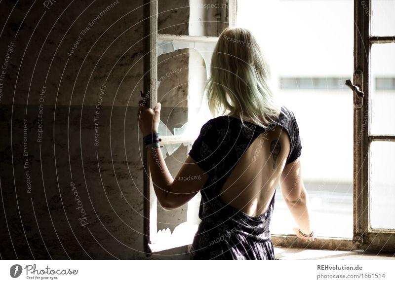 Jule Mensch feminin Junge Frau Jugendliche Rücken 1 18-30 Jahre Erwachsene Ruine Mauer Wand Fenster Mode Kleid blond langhaarig stehen alt elegant Identität