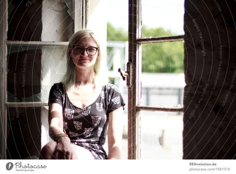 Jule | käsefabrik Stil Mensch feminin Junge Frau Jugendliche Erwachsene 1 18-30 Jahre Fenster Kleid Brille blond Lächeln sitzen authentisch außergewöhnlich