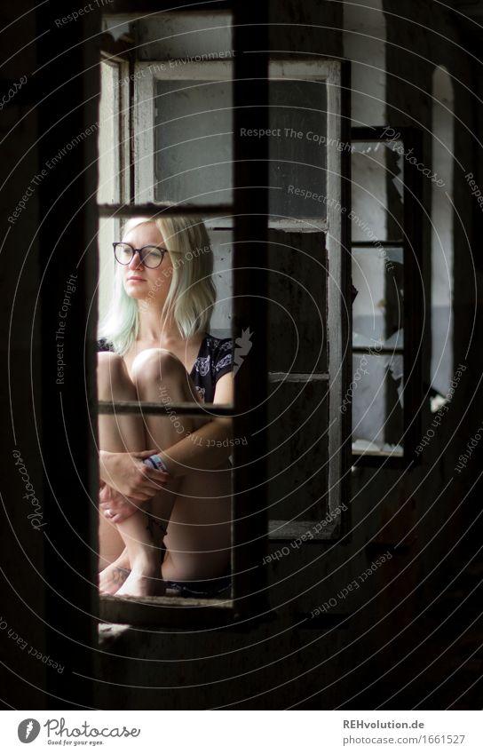 Jule | am Fensterl Mensch feminin Junge Frau Jugendliche 1 18-30 Jahre Erwachsene Haus Brille Denken sitzen authentisch außergewöhnlich dunkel natürlich