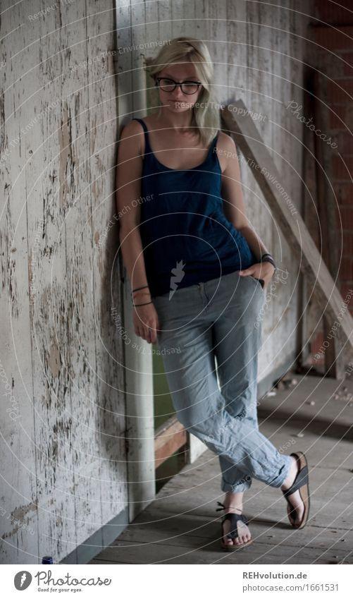 Jule | steht rum Mensch feminin Junge Frau Jugendliche 1 18-30 Jahre Erwachsene Mauer Wand Hose Brille Flipflops blond langhaarig stehen alt authentisch