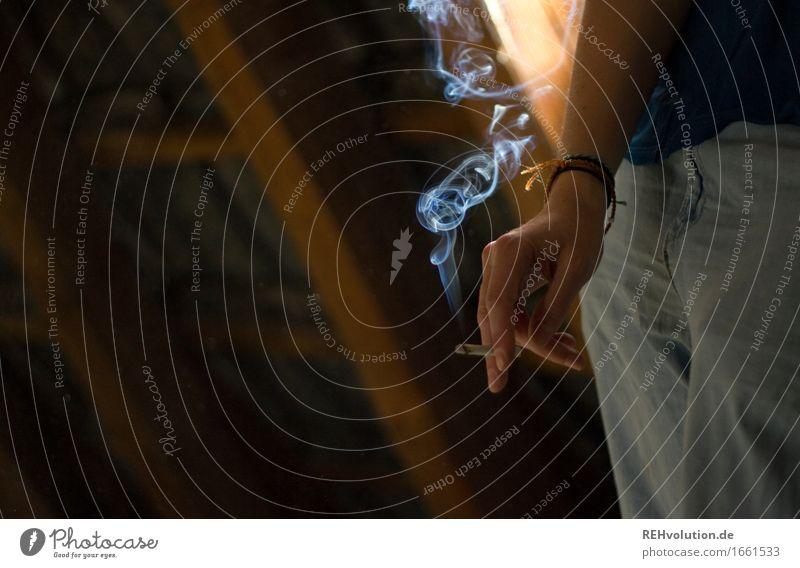 Zigarette Gesundheit Krankheit Rauchen Rauschmittel Mensch feminin Junge Frau Jugendliche Hand Finger 1 18-30 Jahre Erwachsene Jeanshose stehen Coolness trendy