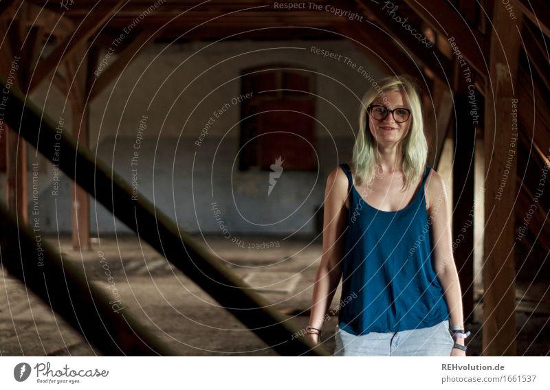 Jule | Dachboden Mensch feminin Junge Frau Jugendliche 1 18-30 Jahre Erwachsene Brille blond langhaarig Lächeln stehen authentisch außergewöhnlich Coolness