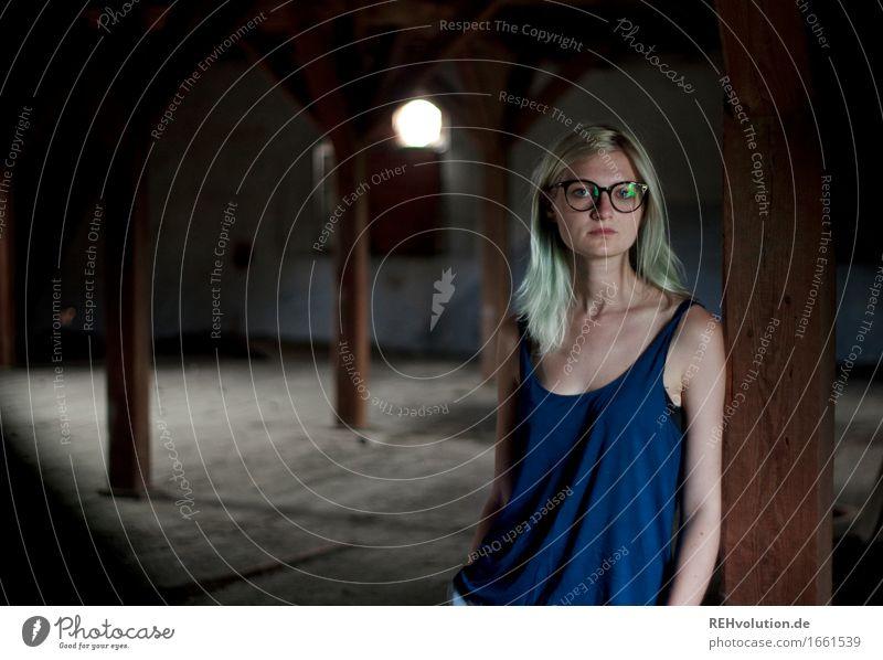 Jule Mensch feminin Junge Frau Jugendliche 1 18-30 Jahre Erwachsene Haus Gebäude Brille blond langhaarig stehen alt außergewöhnlich Coolness trendy natürlich