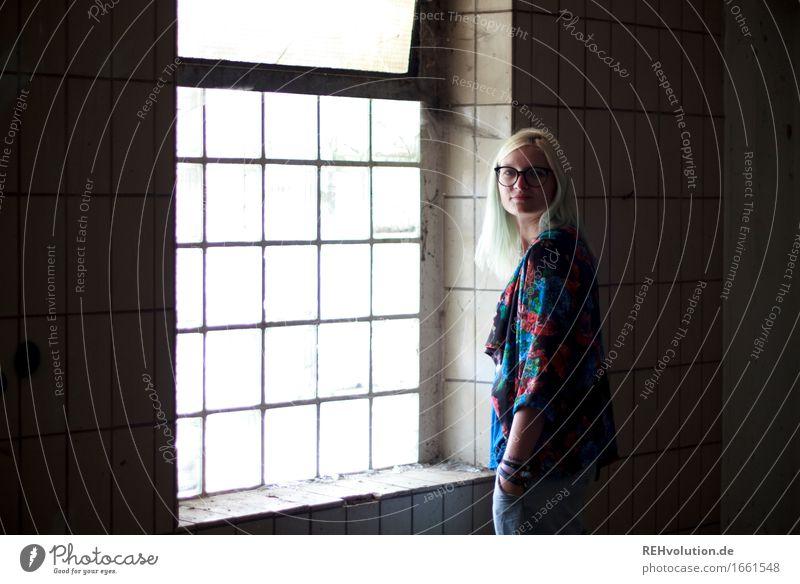 Jule Mensch feminin Junge Frau Jugendliche 1 18-30 Jahre Erwachsene Mauer Wand Fenster Brille blond stehen alt authentisch außergewöhnlich trendy einzigartig