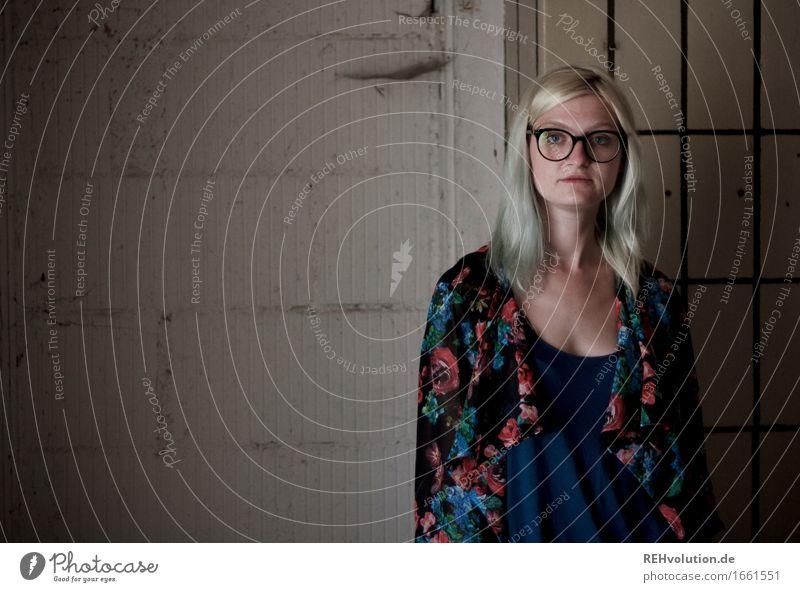 Jule | Käsefabrik Mensch feminin Junge Frau Jugendliche 1 18-30 Jahre Erwachsene Haus Mauer Wand Brille blond stehen alt außergewöhnlich Coolness dunkel trendy