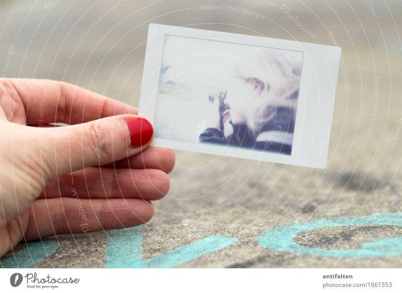 Ergebnis Freizeit & Hobby Fotografieren Ferien & Urlaub & Reisen Tourismus Sightseeing Städtereise Fotokamera Lomografie analog feminin Frau Erwachsene Hand