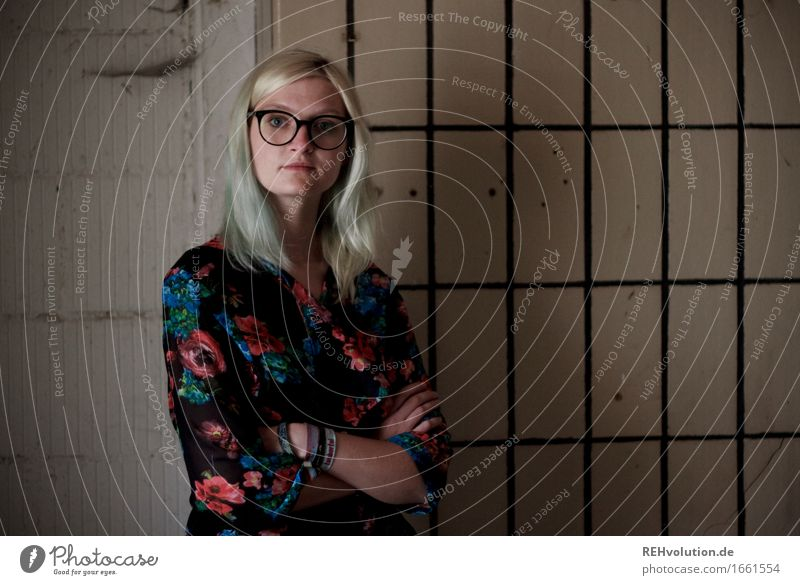 Jule | und die Fliesen Mensch Jugendliche alt Junge Frau Einsamkeit dunkel 18-30 Jahre Erwachsene Wand Traurigkeit feminin Stil Mauer Mode Stimmung dreckig