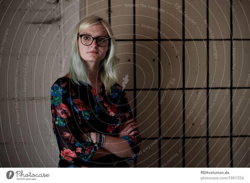 Jule | und die Fliesen Stil Mensch feminin Junge Frau Jugendliche 1 18-30 Jahre Erwachsene Mauer Wand Mode Brille blond langhaarig stehen alt authentisch